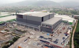 O armazém autoportante da Hayat Kimya em construção. Para a estrutura autoportante foram utilizadas 10.000 toneladas de aço