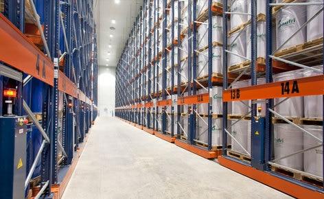 Como colocar 11.000 paletes de dimensões especiais em 4.400 m² graças às estantes móveis Movirack