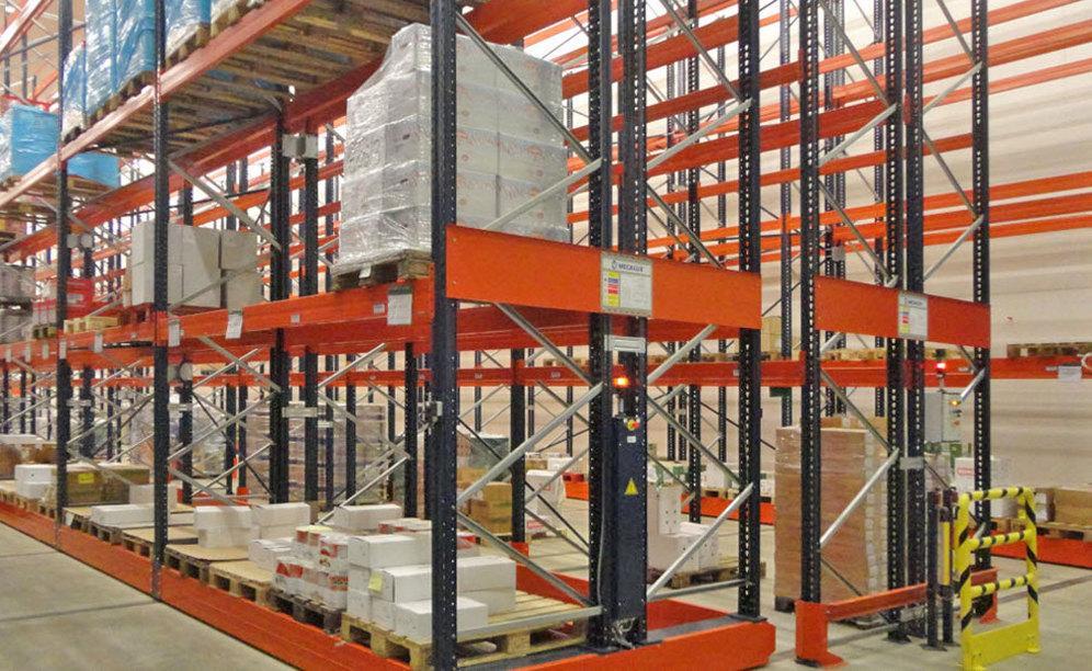 O operário seleciona o corredor de que necessita de utilizar, de forma manual ou através de controlo remoto