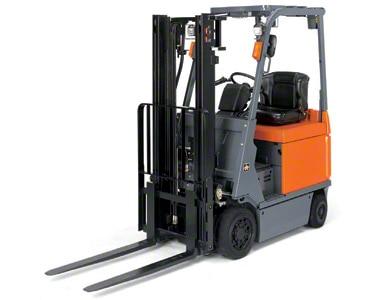 Os empilhadores contrapesados são ideais para trabalhar tanto dentro como fora do armazém.