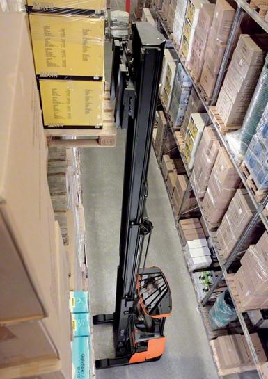 Os empilhadores retráteis são os mais usados para trabalhar dentro dos armazéns.