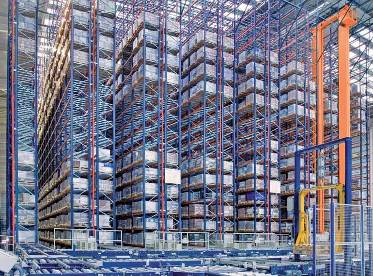 Estantes de profundidade simples numa empresa do setor cerâmico para a construção.
