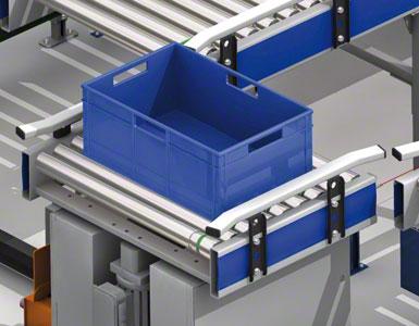 As caixas movimentam-se pelo transportador de rolos