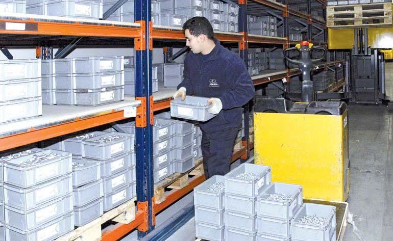 Operador realizando tarefas de picking diretamente sobre as paletes