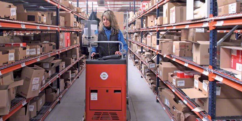 Operária fazendo tarefas de picking numa máquina selecionadora