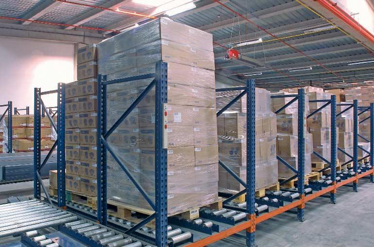 Distribuição de paletes em transportadores de rolo.