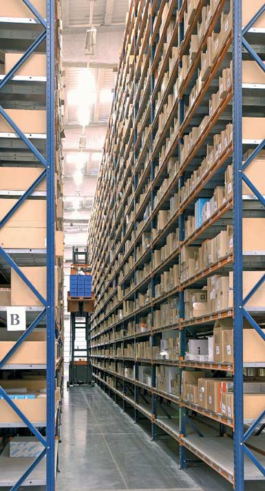 Exemplo de um armazém com corredores estreitos.