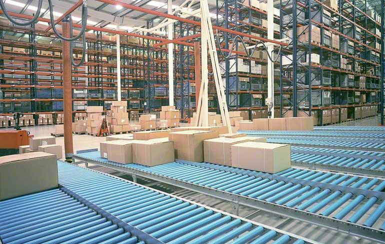 A imagem mostra a zona de preparação de encomendas de um armazém que se dedica ao material hidráulico e complementos para a casa de banho.