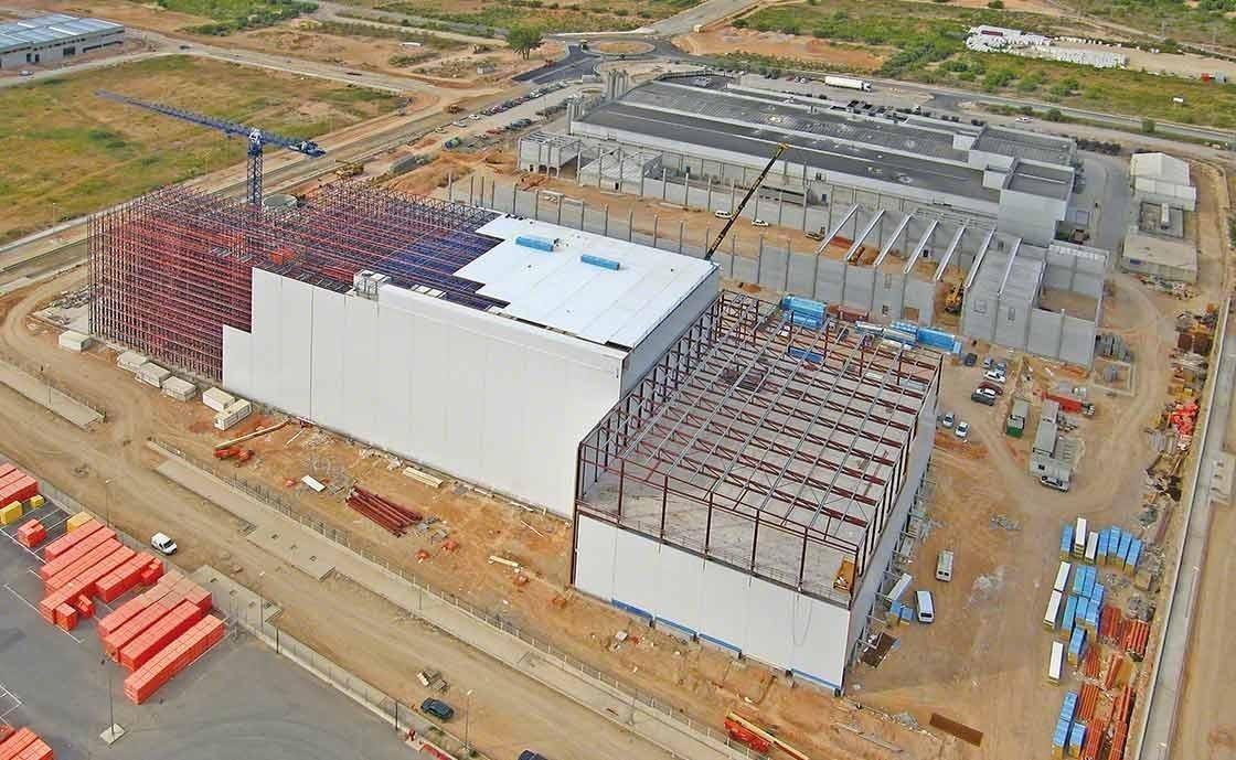 A segurança do trabalho no armazém é passa pela construção de instalações com estantes autoportantes integradas, preparadas para resistirem em casos de terremoto ou contra fortes rajadas de vento.