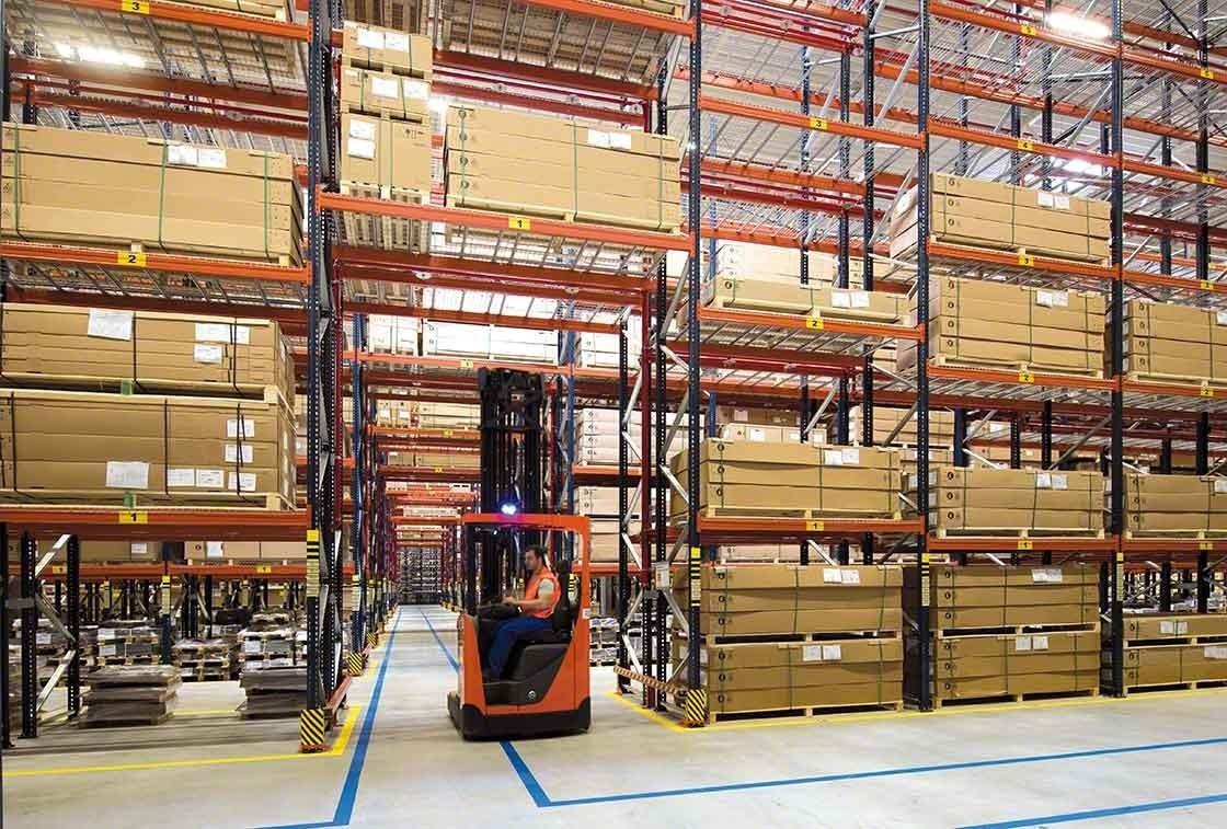 Segurança em armazém logístico: o corredor transversal no armazém da Bracchi funciona como saída de emergência