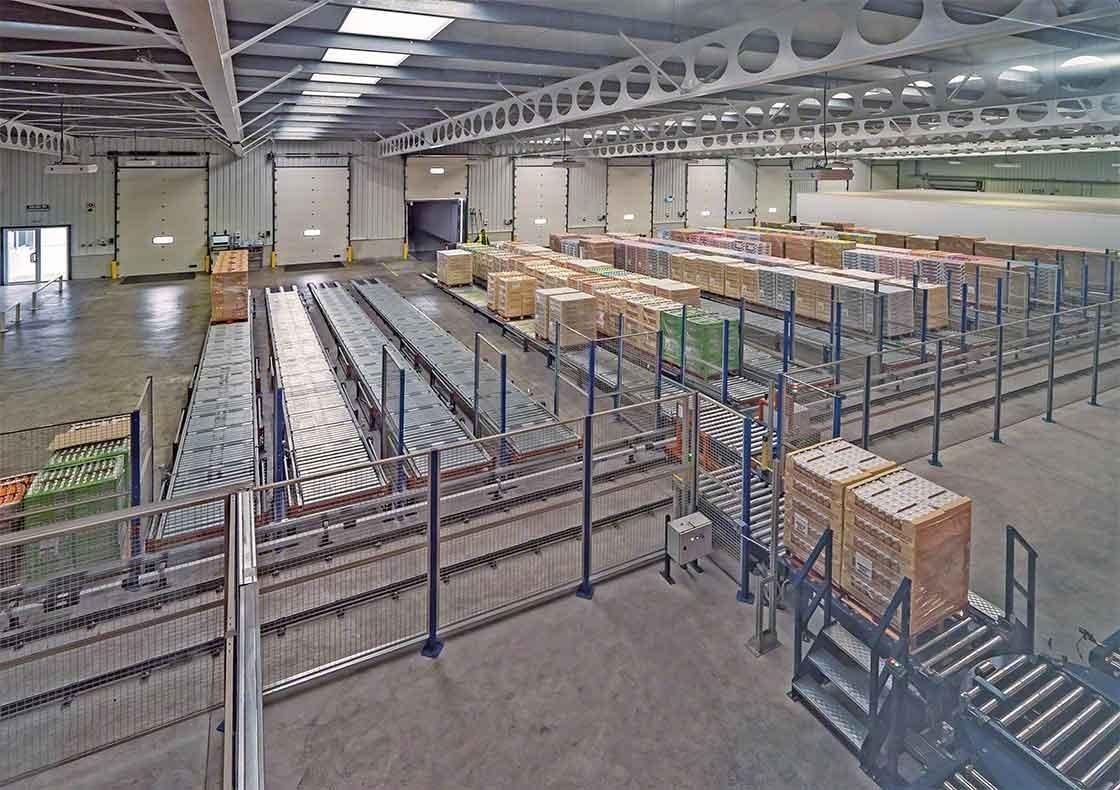 O armazém da Dafsa na Espanha instalou um circuito de transportadores que auxilia no recebimento da mercadoria