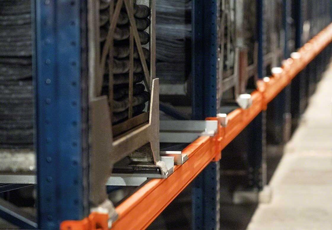 As estantes devem adaptar-se aos contentores metálicos que agrupam pneus e facilitam o armazenamento de pneus