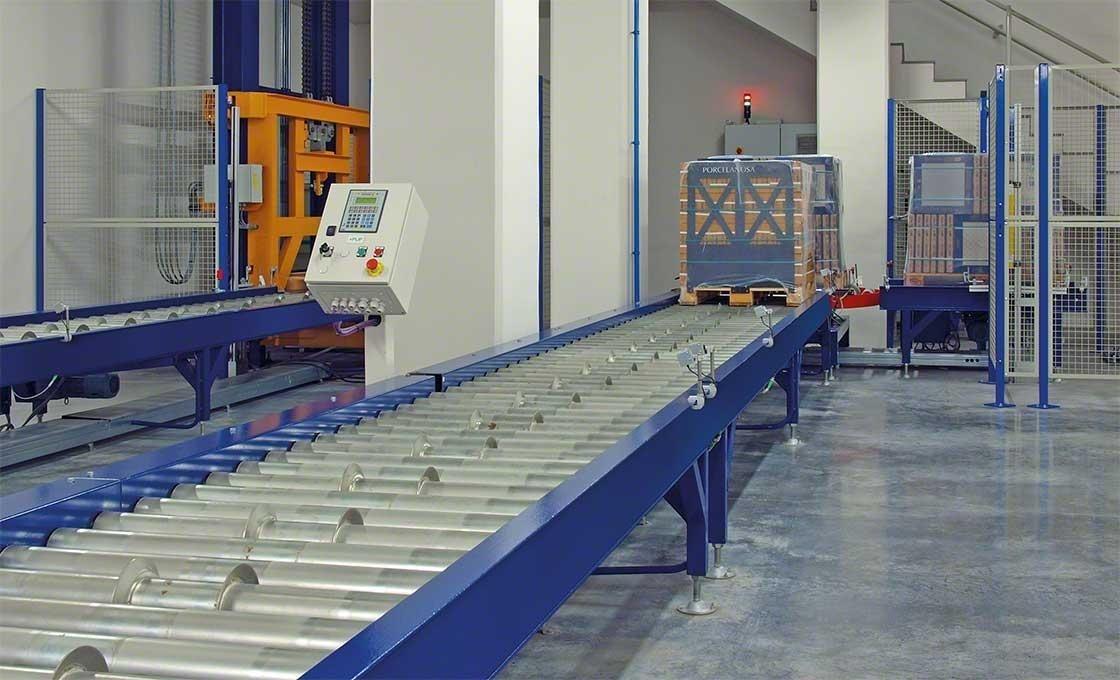 As células elétricas instaladas no circuito de transportadores de rolos permitem localizar as mercadorias