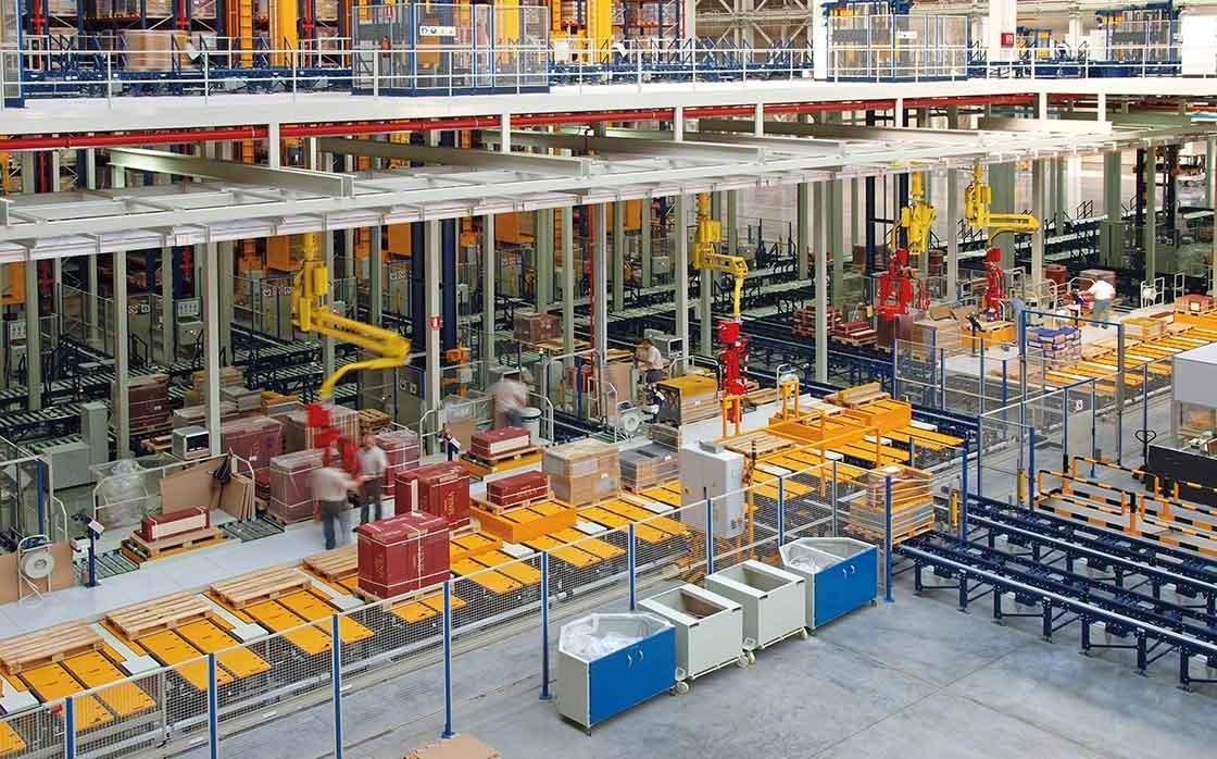Área de picking manual do armazém da Porcelanosa Grupo, onde prevalece a segurança e a ergonomia dos trabalhadores.