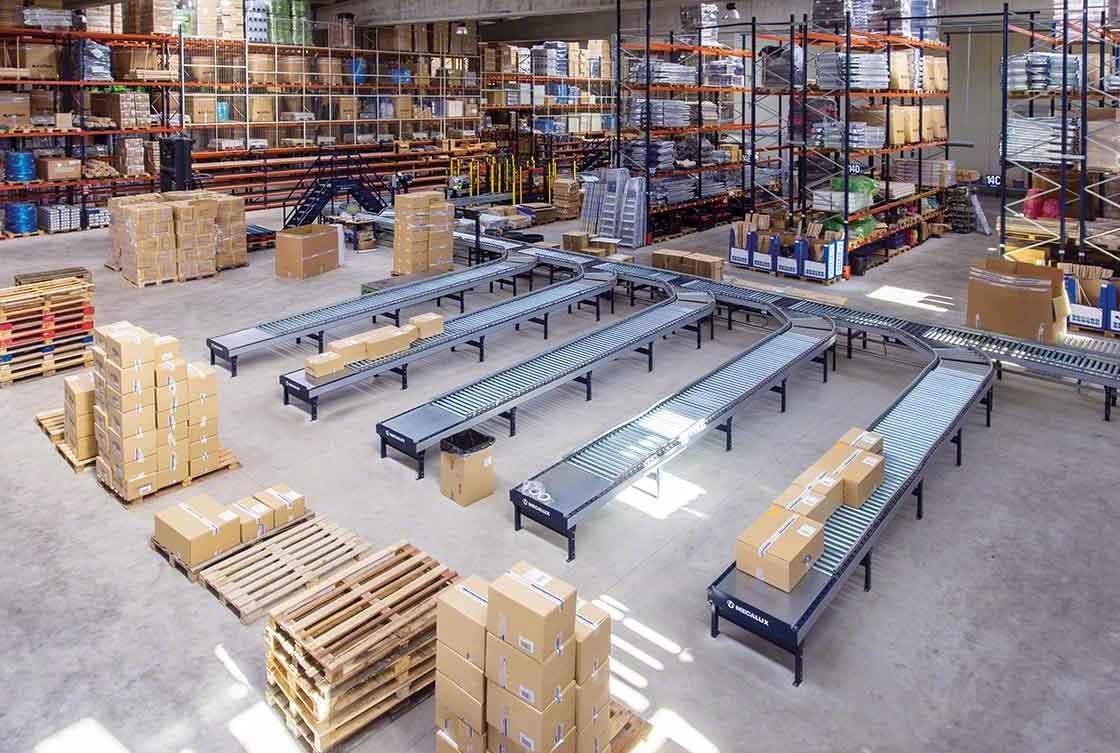 Os circuitos de transportadores reduzem as deslocações em armazéns de e-commerce