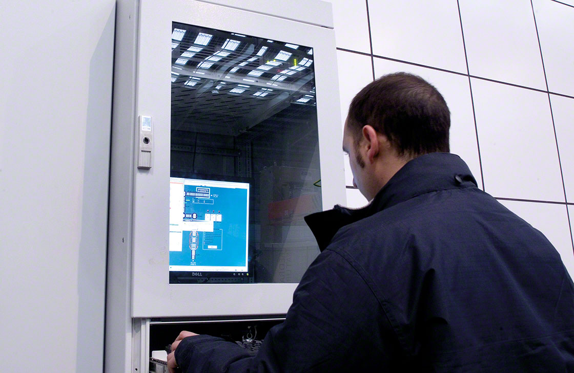 Um operador verifica o registro de dados relacionados ao sistema de rastreabilidade logística
