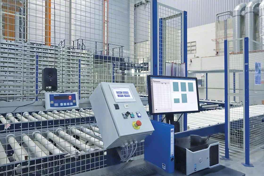 O software de controle dos sistemas automáticos recebe atualizações periódicas da mesma forma que o WMS