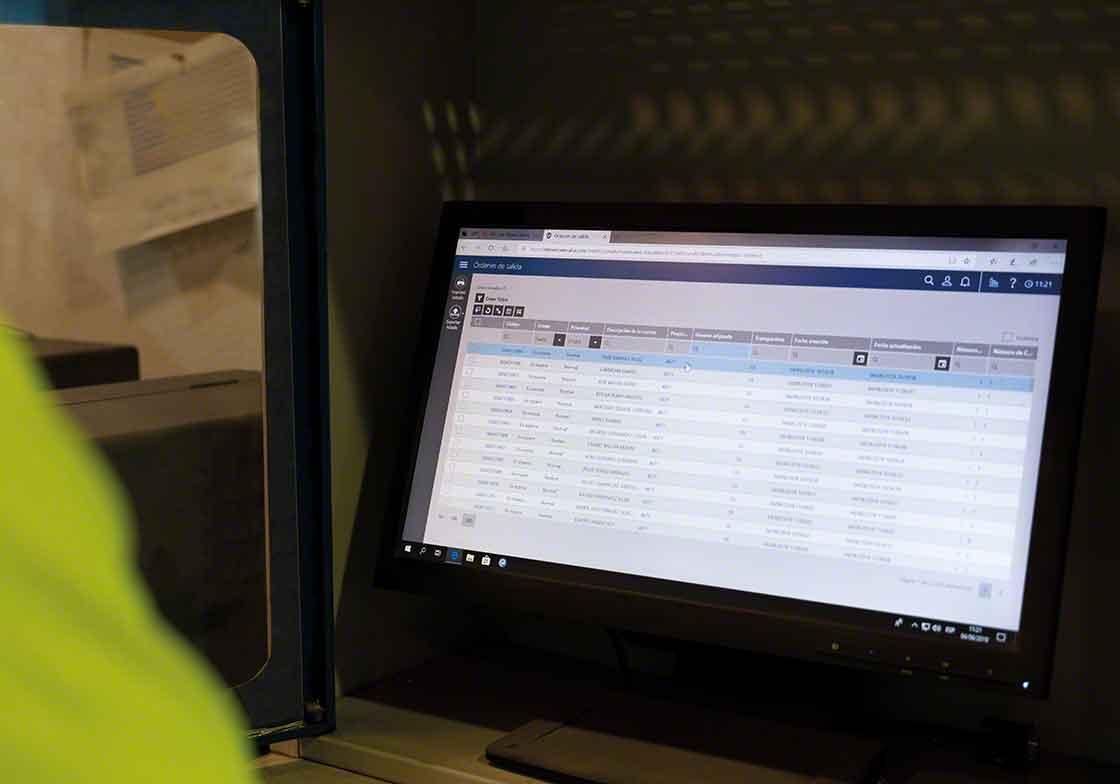 A instalação de novas versões do software de gestão de armazém faz parte da manutenção de atualização