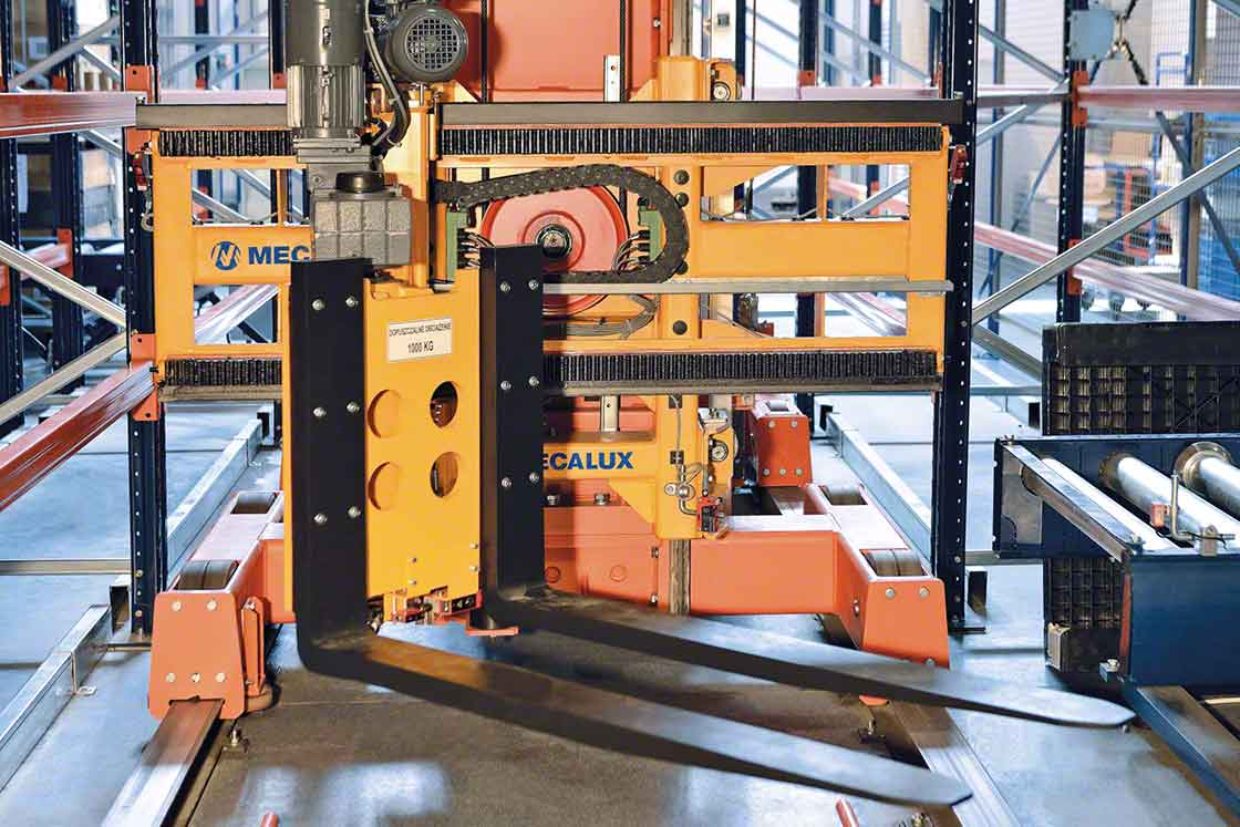 Os transelevadores de paletes aceleram o transporte de mercadorias nos processos intralogísticos