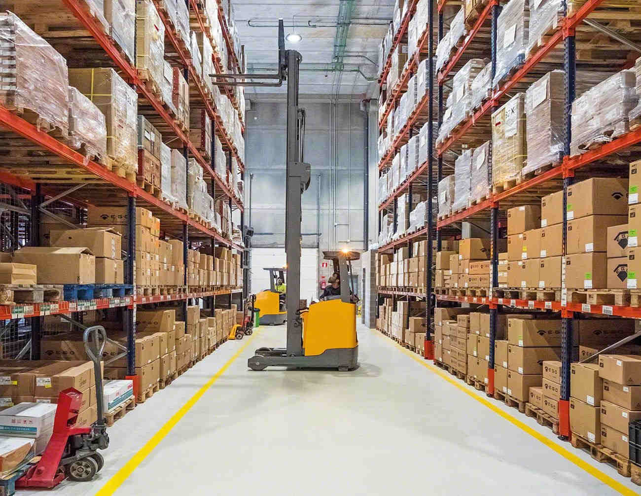 Mercadorias armazenadas em estantes