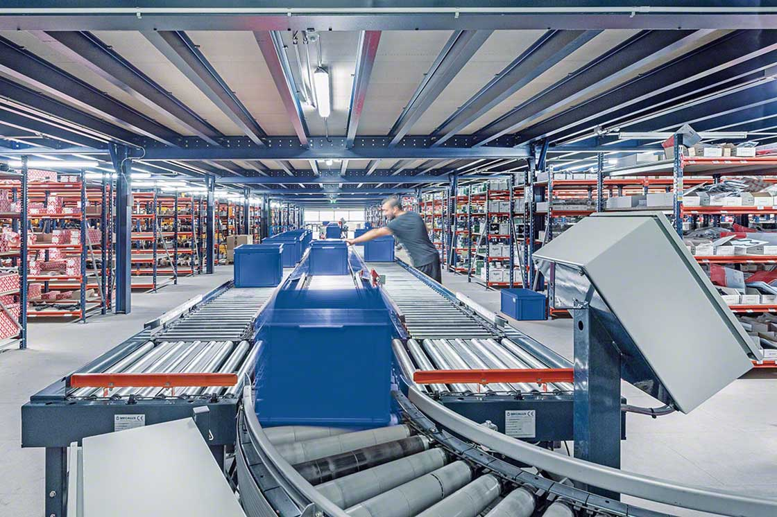 Transportador industrial instalado num armazém