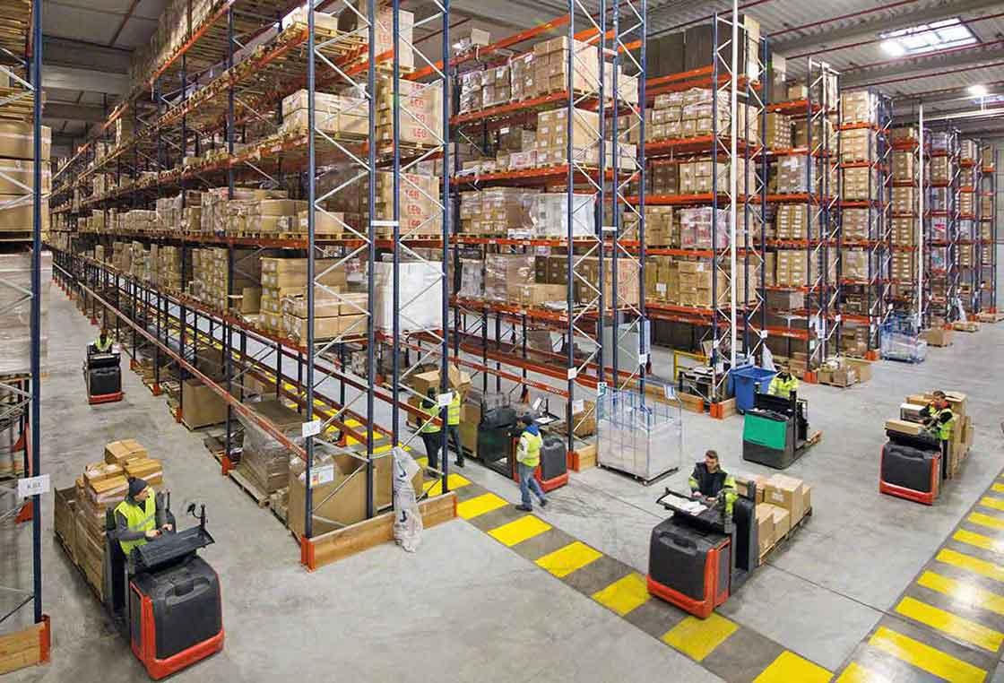 Operadores movimentando mercadorias num armazém