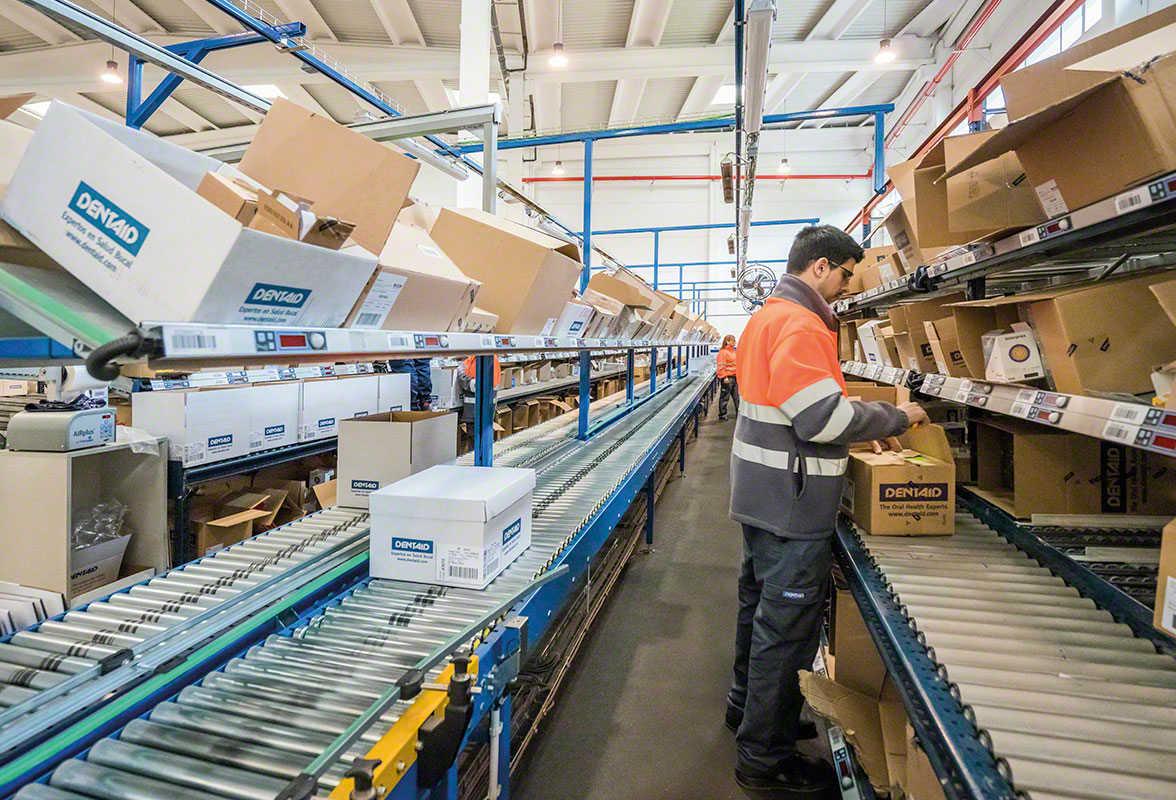Funcionário logístico a  gerir um pedido no armazém
