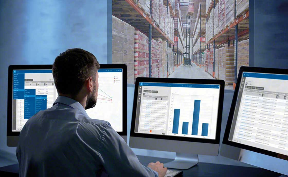 Um operador controla o stock disponível graças a um WMS preparado como parte de uma estratégia de logística omnichannel