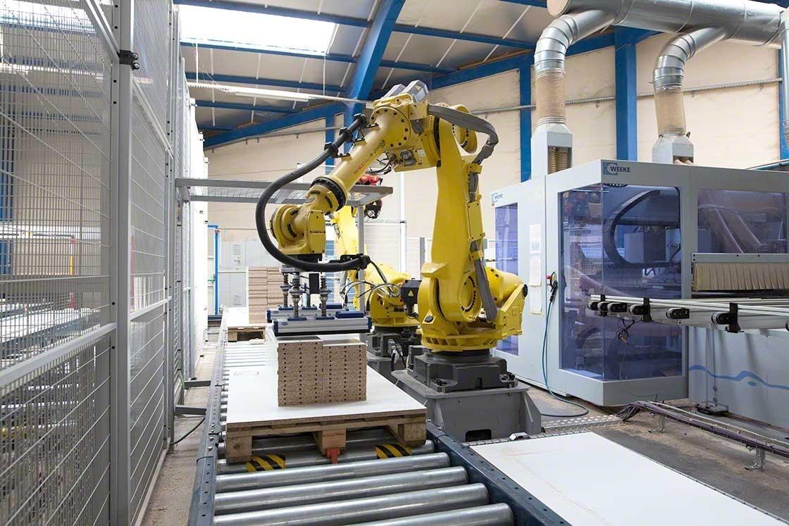 Um robô antropomórfico integrado no sistema de transportadores da empresa Euréquip